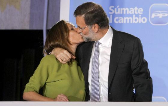Mariano Rajoy y su mujer, Elvira Fernández, en el balcón del PP en la calle Génova.