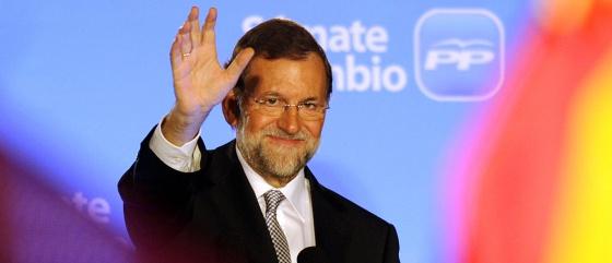 El saludo de Rajoy, anoche, en el balcón de la sede del PP en la calle Génova de Madrid.