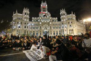 Los manifestantes contra el desalojo del hotel Madrid cortan el tráfico en Cibeles.