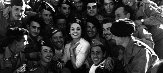 Carmen Sevilla visita en 1957 a las tropas españolas en la guerra de Ifni, uno de los episodios a los que afecta la desclasificación.