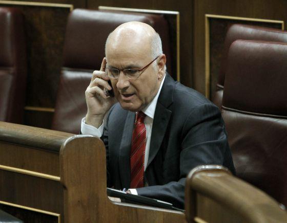 El portavoz de CiU en el Congreso, Josep Antoni Duran Lleida, habla por teléfono, antes de iniciar la sesión de investidura.