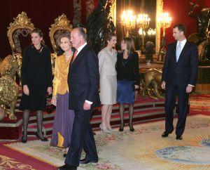 Los Reyes, junto a sus tres hijos y la princesa Letizia, en una recepción en el Palacio Real.