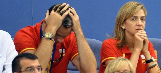 Iñaki Urdangarin, con la cabeza entre las manos, junto a la infanta Cristina en los Juegos Olímpicos de Beijing en 2008.