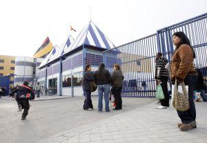 Familiares de inmigrantes detenidos en el Centro de Internamiento de Extranjeros de Aluche (Madrid).