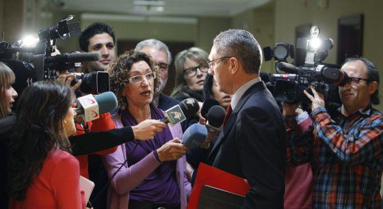 El ministro de Justicia, Alberto Ruiz-Gallardón, atiende a los periodistas a su llegada esta mañana al Congreso.