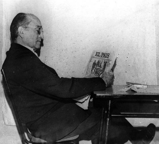 Antonio María Oriol leyendo EL PAÍS en uno de los pisos en los que estuvo cautivo durante su secuestro.