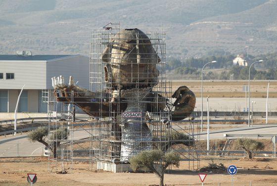 El acceso al aeropuerto está coronado por una monumental estatura inspirada en Carlos Fabra
