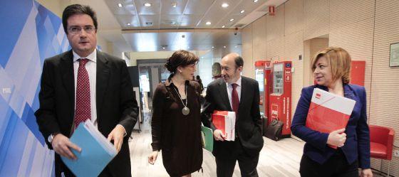 Óscar López, Soraya Rodríguez, Pérez Rubalcaba y Elena Valenciano, en la sede del PSOE.