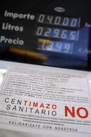 El cartel informativo colocado en una gasolinera de Valladolid en el que se anuncian los motivos del paro por la implantación del céntimo sanitario.