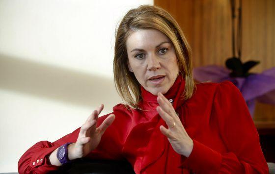 La secretaria general del PP, Dolores de Cospedal, en su despacho durante la entrevista.