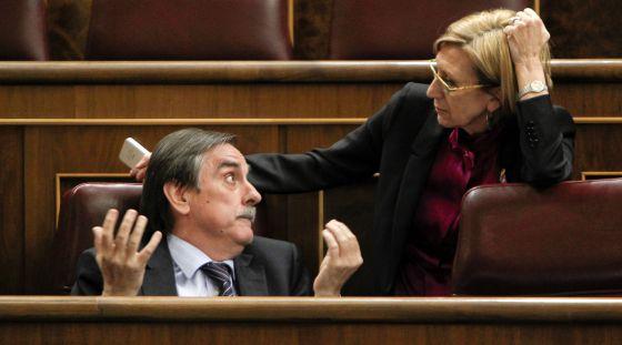 El exministro de Trabajo Valeriano Gómez conversa con Rosa Díez en el pleno de ayer.