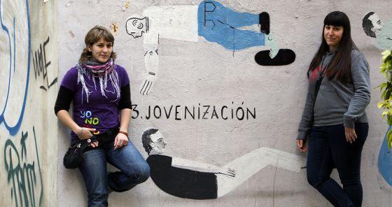 Cristina Guallar (izda.) y Paula Felipe, empleadas en una residencia.