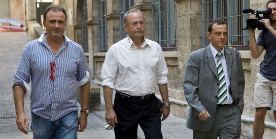 Los fiscales anticorrupción de Baleares Pedro Horrach y Miguel Ángel Subirán, junto al juez José Castro (centro).