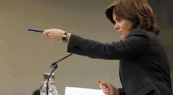 La vicepresidenta, Soraya Sáenz de Santamaría, da la palabra a un periodista en una comparecencia tras un Consejo de Ministros.