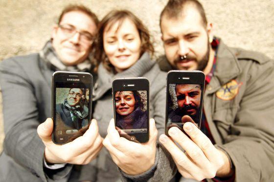 Manuel Sánchez-Blanco, Encarna Galván Gómez y Pablo González Moreno con sus smartphones.