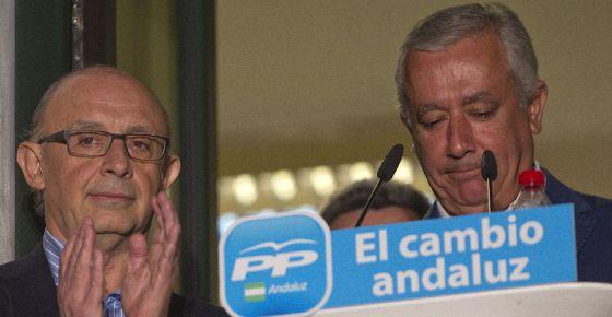 Javier Arenas y el ministro de Hacienda, Cristóbal Montoro (a la izquierda), comparecen en la sede de su formación en Sevilla tras conocer los resultados.