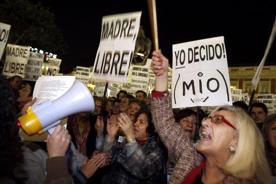 Concentración de asociaciones feministas en la Puerta del Sol en 2008.
