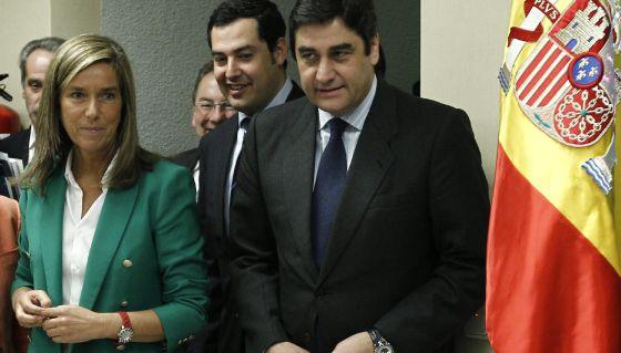 La ministra de Sanidad, Ana Mato, junto al consejero de Salud de Castilla-La Mancha, José Ignacio Echániz, tras la reunión del Consejo Interterritorial de Salud.