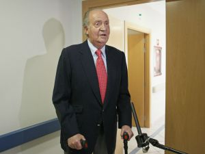 El Rey posa ante los medios de comunicación después de ser dado de alta en la clínica USP San José donde fue intervenido de la cadera tras su caída en Botsuana.