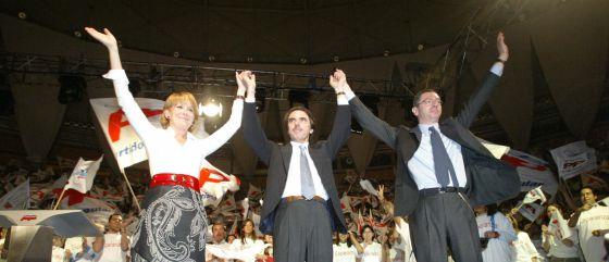 Esperanza Aguirre, José María Aznar y Alberto Ruiz-Gallardón, en el mitin de cierre de la campaña de 2003, cuyos actos fueron pagados con cargo a Fundescam.