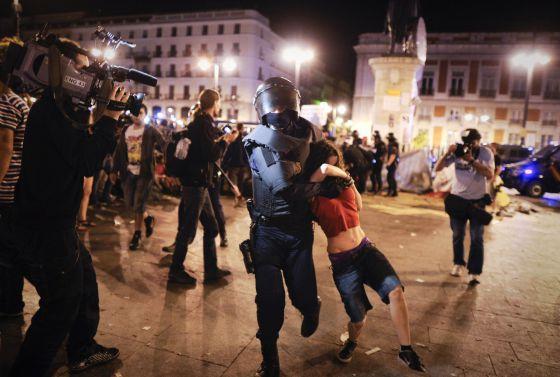 La primera jornada de protesta del 15-M concluye con el desalojo de Sol