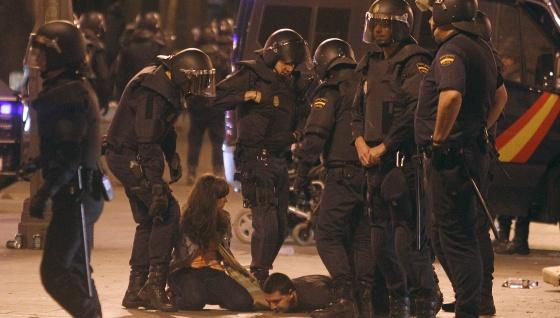 Los antidisturbios retienen a dos jóvenes esta madrugada en la Puerta del Sol de Madrid.