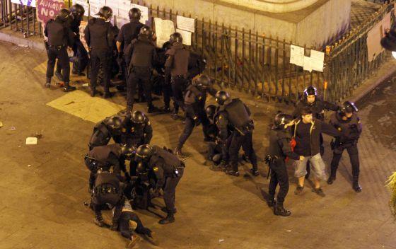 La Policía Nacional desaloja al 15-M en la Puerta del Sol.