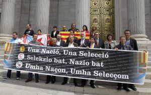 Miembros de las plataformas en favor de las selecciones deportivas catalana, gallega y vasca posan frente al Congreso de los Diputados.