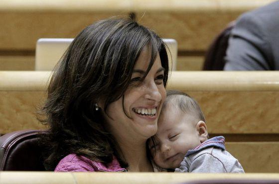 La senadora de Entesa Iolanda Pineda, del PSC, con su hijo Narcís en brazos..