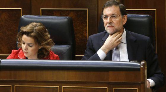 El jefe del Ejecutivo, Mariano Rajoy, y la vicepresidente, Soraya Sáenz de Santamaría, durante la sesión de control al Gobierno hoy en el Congreso de los Diputados.