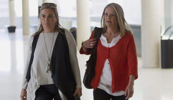 Julita Cuquerella, derecha, acompañada de una amiga, a su llegada en abril al juzgado de Barcelona.