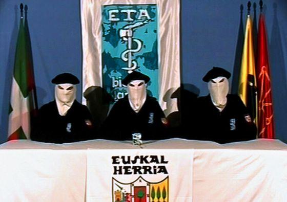 Imagen de 2006 de un vídeo grabado por tres miembros de la banda terrorista ETA.