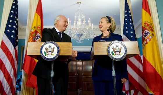 Miguel Ángel Moratinos con la secretaria de Estado, Hillary Clinton, en Washington en diciembre de 2009.