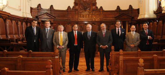 Carlos Dívar, en el centro, con Nivaldo Segura, presidente en funciones de la Corte Suprema de Chile (a su izquierda), y otras autoridades, durante un viaje a ese país, Uruguay y Argentina, en noviembre de 2010.