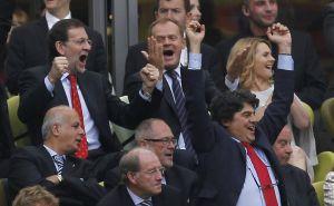 El presidente celebra el gol de Cesc Fàbregas junto al primer ministro polaco, Donald Tusk. Con los brazos en alto, Jorge Moragas, jefe de gabinete de Rajoy.
