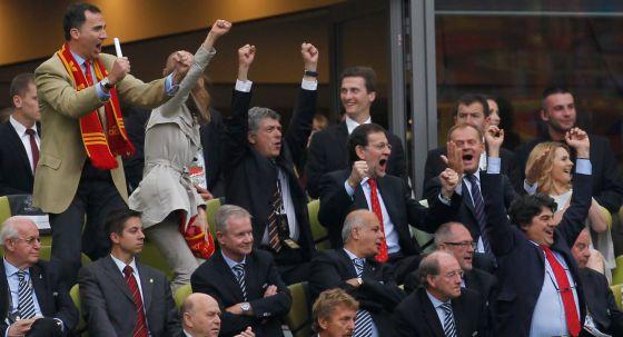 Euforia en la delegación española en la celebración del gol de Cesc frente a Italia.