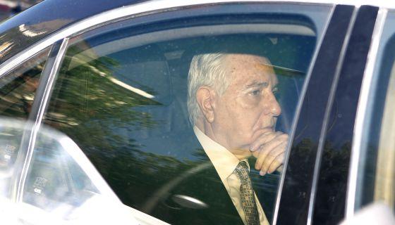 Carlos Dívar, llega a la sede del Poder Judicial, antes de anunciar su dimisión.