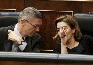 Gallardón, conversa con la vicepresidenta del Gobierno, Soraya Sáenz de Santamaría, en el pleno del pasado 21.