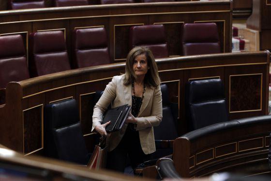 La ministra Fátima Báñez abandona su escaño del Congreso tras ser aprobada la reforma laboral, el pasado 28 de junio.