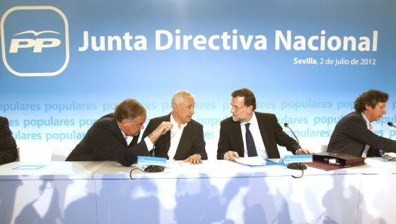 El presidente del Gobierno y del PP, Mariano Rajoy, entre Esteban González-Pons, Javier Arenas y Carlos Floriano.