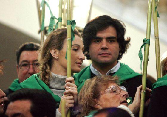 Andrea Fabra, junto a su esposo, Juan José Güemes, durante una romería en Castellón.