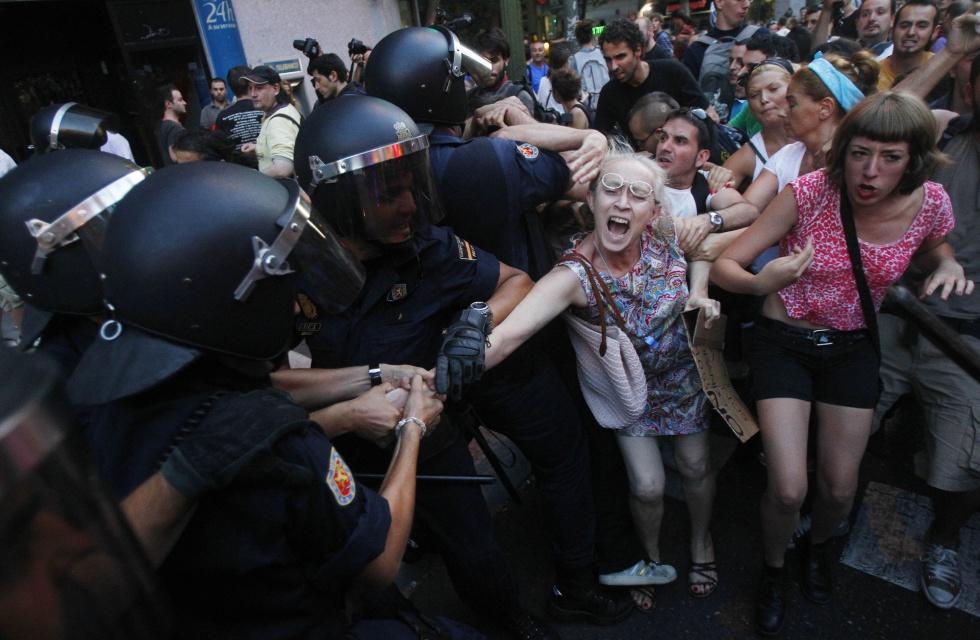 Escena de la detención de una mujer durante las protestas de Madrid. Finalmente la señora fue liberada por la policía.