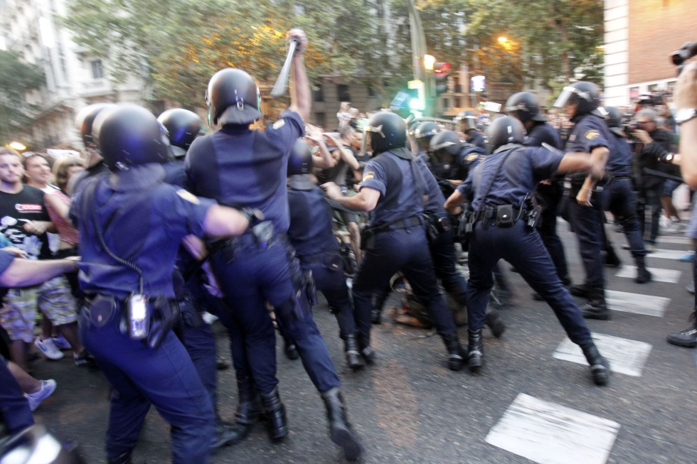 Carga policial en la calle de Ferraz, delante de la sede del PSOE.