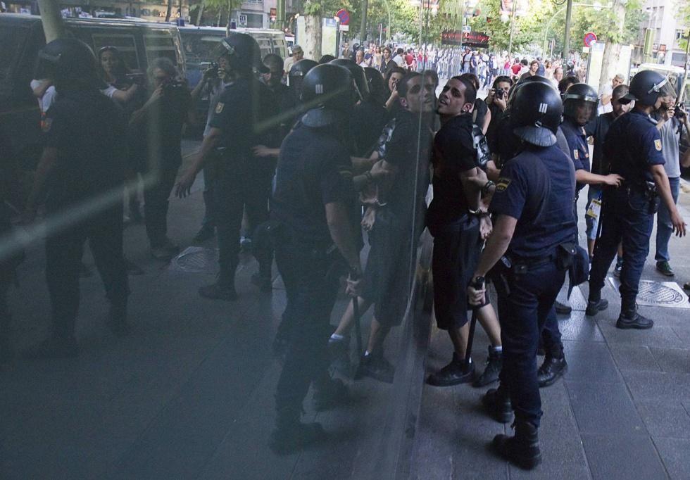 Detención de un manifestante durante las protestas ante la sede central del Partido Popular, en la calle de Génova (Madrid).