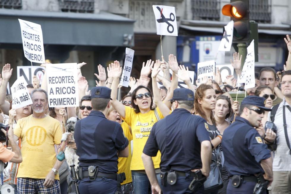 Manifestación convocada por el movimiento Democracia Real Ya frente a la sede del PP en la calle de Génova (Madrid).