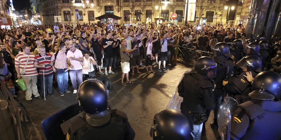 Los manifestantes y la policía, frente a frente.