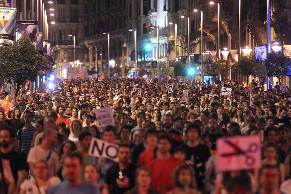 Panorámica del paso de la manifestación contra los ajustes por la Gran Vía, la arteria principal de Madrid.