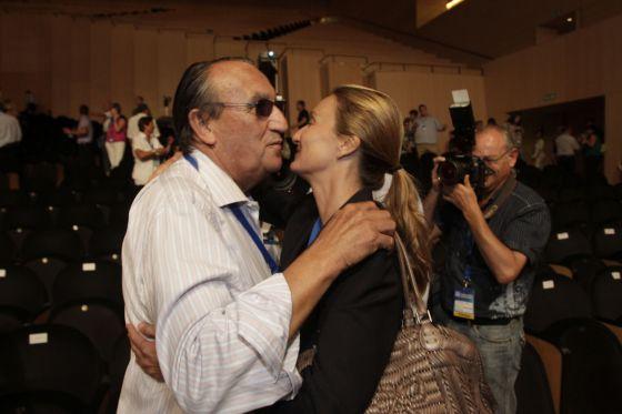 Carlos Fabra abraza a su hija Andrea al finalizar el congreso provincial del PP de Castellón.