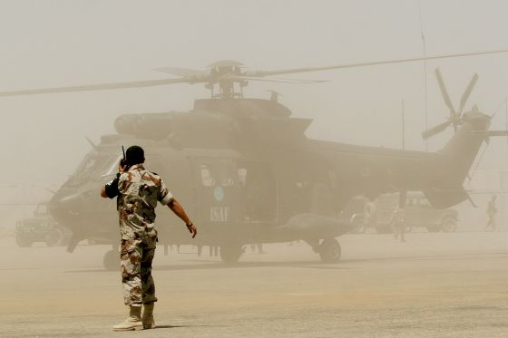 Un helicóptero del Ejército español se dispone a despegar en el aeropuerto de Herat, Afganistán.