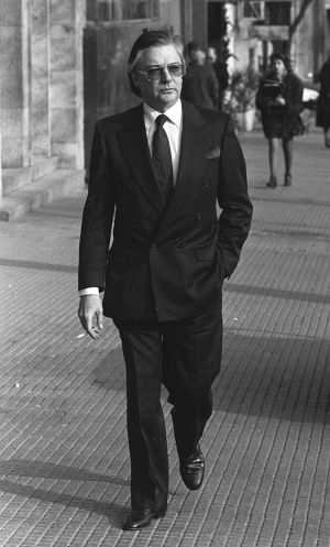 Francisco Paesa pasea por una calle de Madrid, en el año 1991.